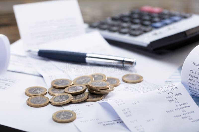 Монетки и ручка на получении стоковые изображения