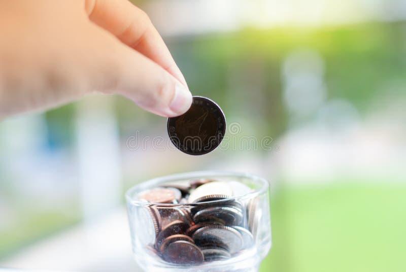 Монетки которые падают в опарник - сохраняя деньги стоковые изображения rf