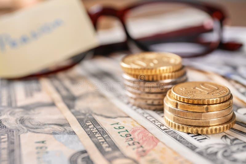 Монетки на банкнотах, крупном плане стоковое изображение rf