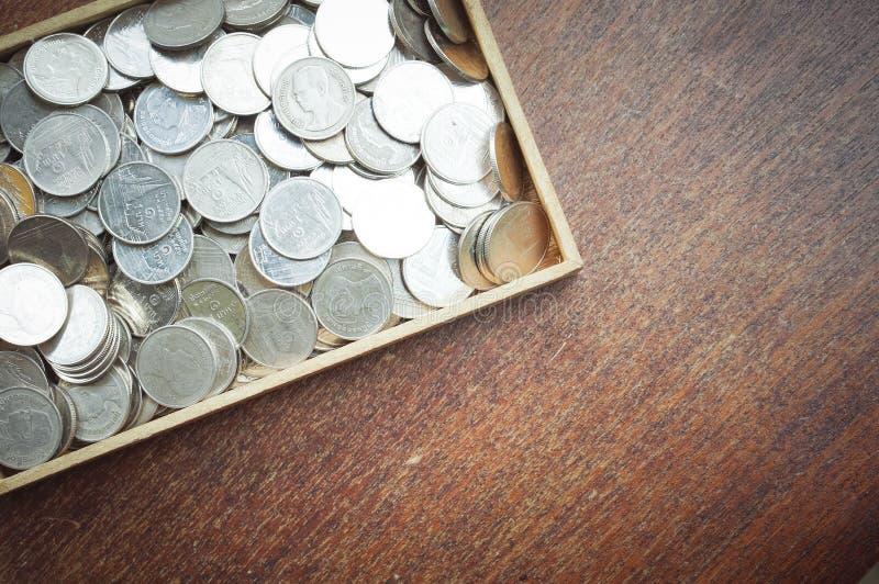 Монетки на древесине стоковые фотографии rf
