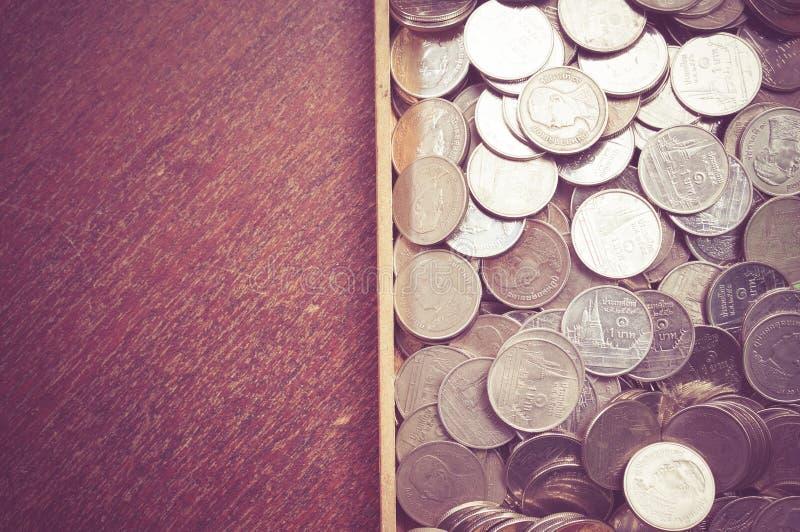 Монетки на древесине стоковое изображение rf