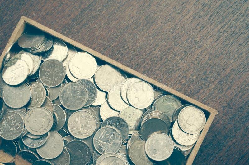 Монетки на древесине стоковое фото