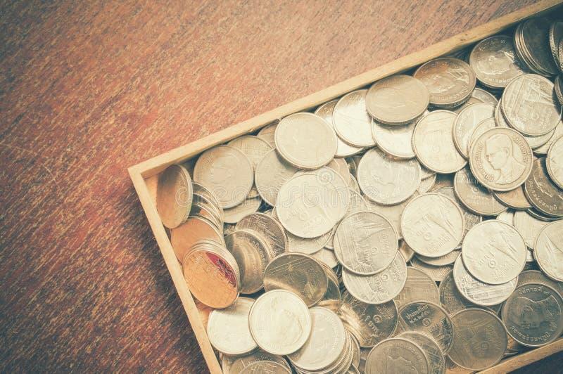 Монетки на древесине стоковая фотография rf
