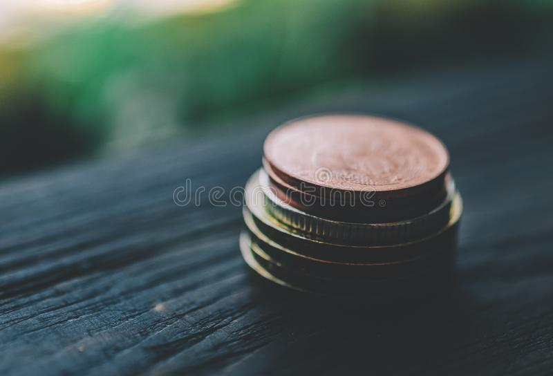 Монетки на таблице стоковые фотографии rf
