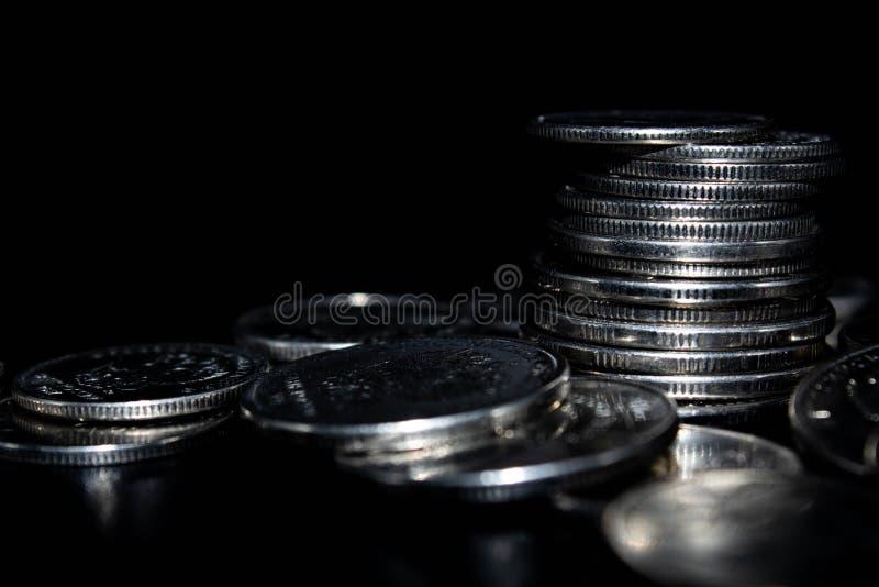 Монетки на черной предпосылке стоковые фотографии rf