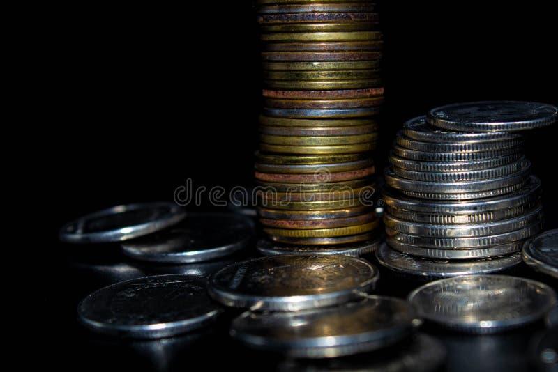 Монетки на черной предпосылке стоковые изображения