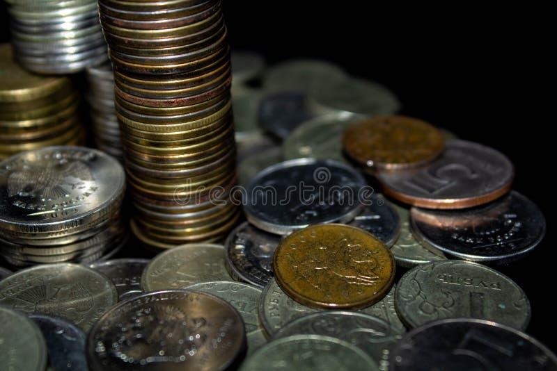 Монетки на черной предпосылке стоковые фото