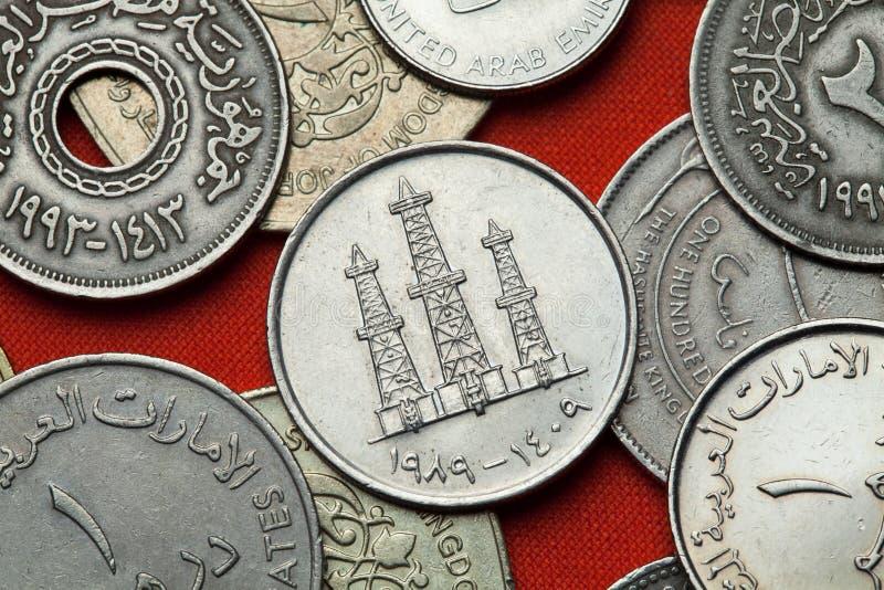 Монетки Объединенных эмиратов Нефтяные вышки стоковые фотографии rf