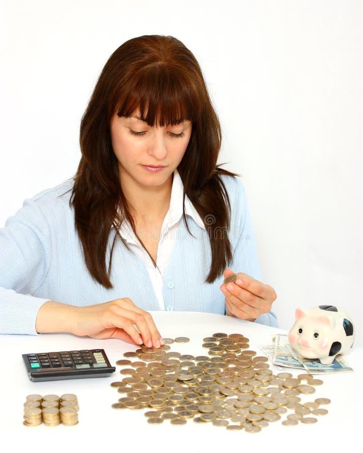 монетки подсчитывая женщину стоковое изображение rf