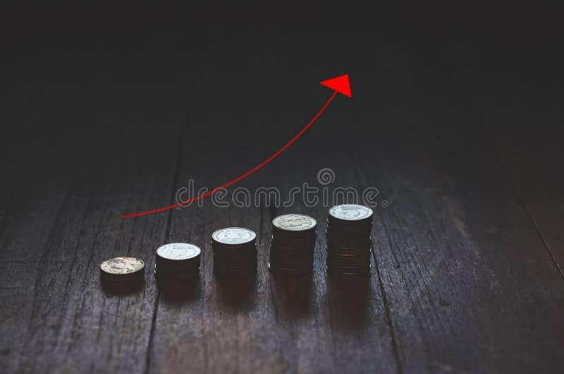 Монетки помещенные в строках стоковые фотографии rf