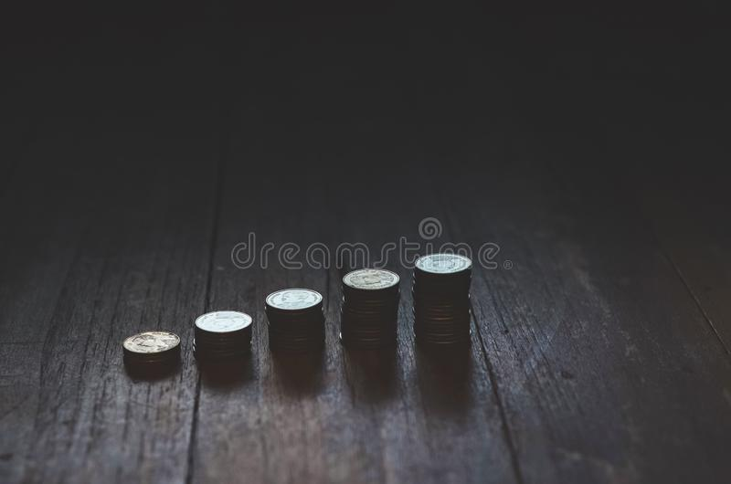 Монетки помещенные в строках стоковая фотография rf