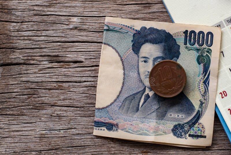 Монетки примечаний иен и иен стоковое фото rf