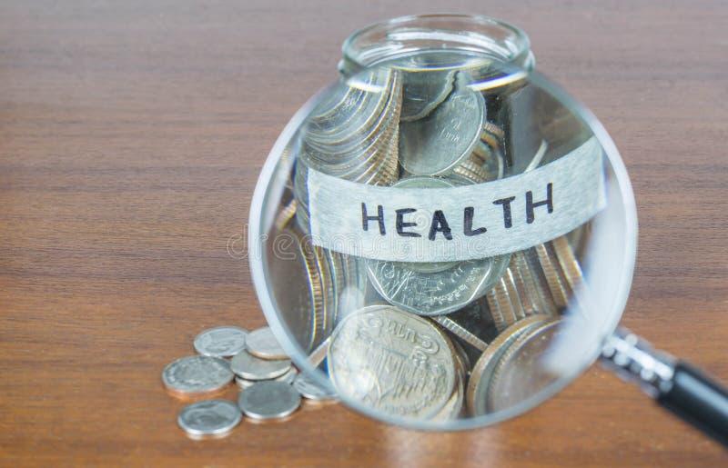 Монетки разливая из стеклянной бутылки стоковые фото