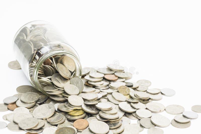 Монетки разливая от опарника денег стоковое фото rf
