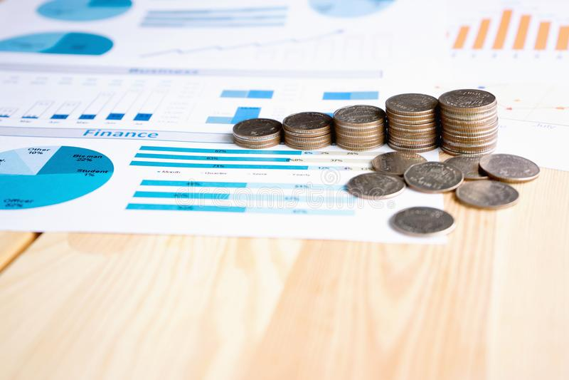 Монетки, сбережения, диаграмма анализируют стоковое изображение rf