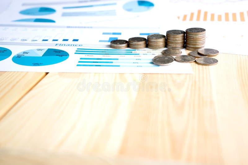 Монетки, сбережения, диаграмма анализируют стоковое фото rf