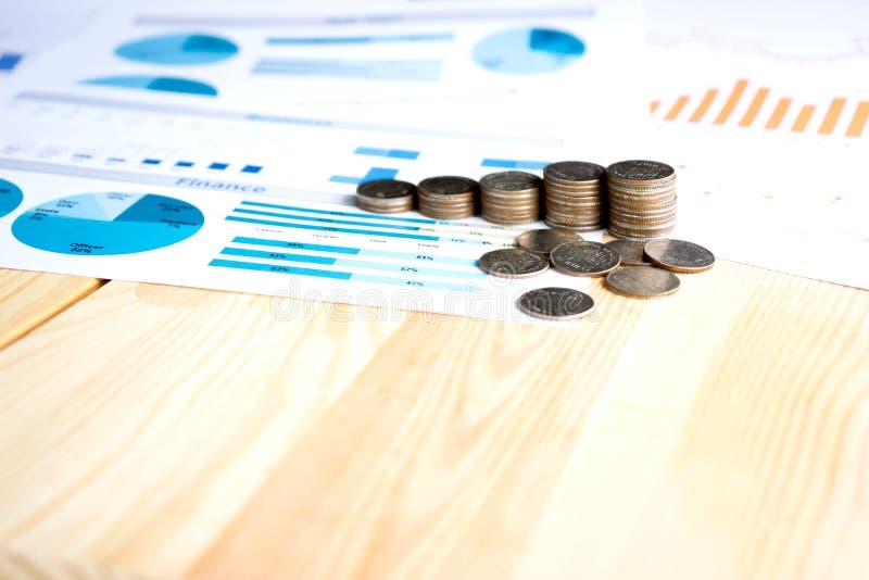Монетки, сбережения, диаграмма анализируют стоковая фотография