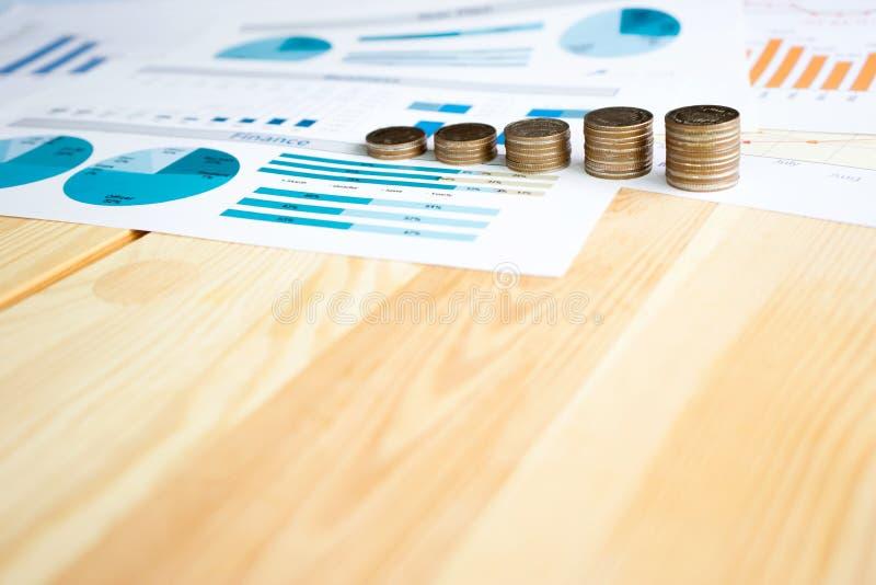 Монетки, сбережения, диаграмма анализируют стоковая фотография rf