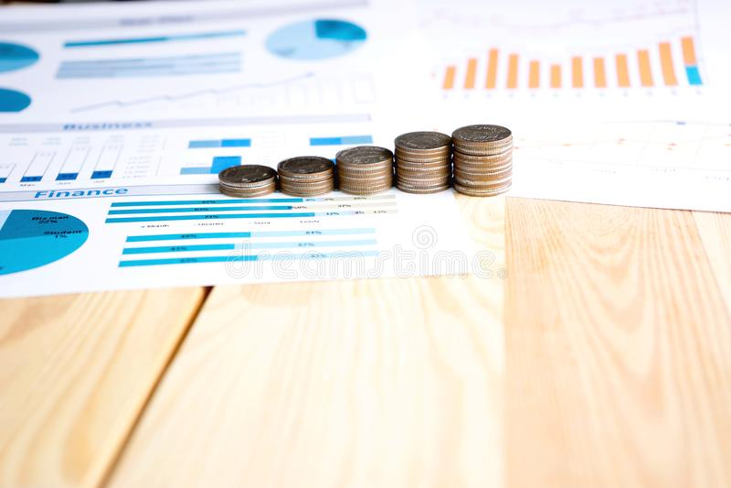 Монетки, сбережения, диаграмма анализируют стоковые фото