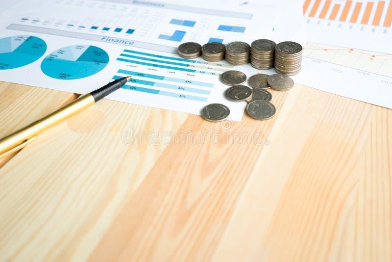 Монетки, сбережения, диаграмма анализируют стоковые изображения