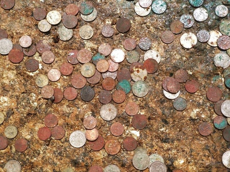Монетки тайского бата на следе ноги Будде на виске стоковые изображения