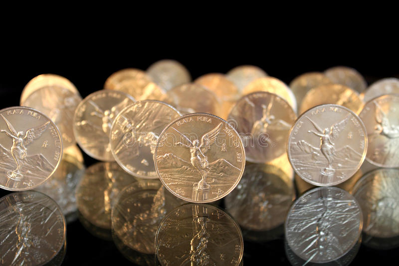 монетки танцуя серебр стоковое изображение rf