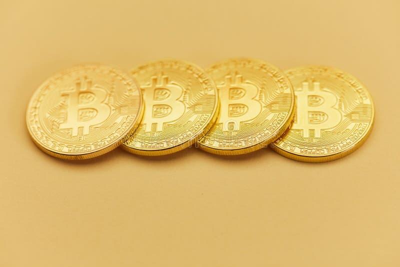4 монетки Bitcoin как концепция денег интернета стоковое фото rf
