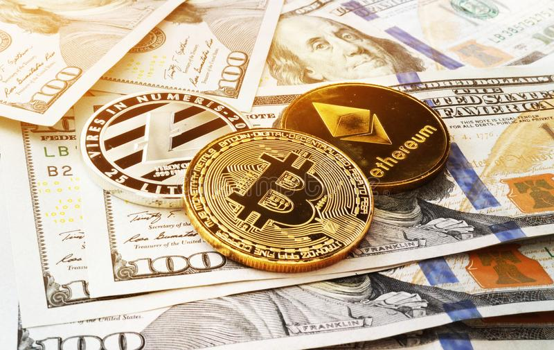 Монетки Cryptocurrency на долларовые банкноты Секретная торговая операция обменом стоковое фото rf