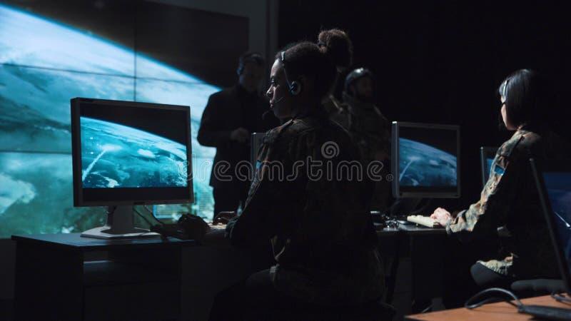 Монитор мужского солдата рассматривая старта ракеты стоковая фотография rf