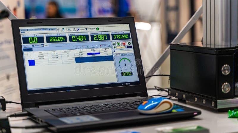 Монитор ноутбука в научной лаборатории стоковое фото