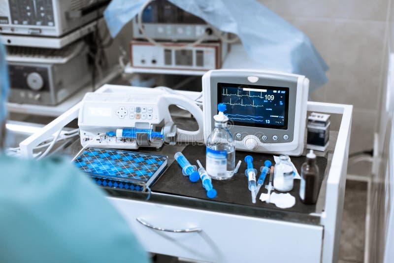Монитор тарифа сердца в театре больницы Медицинские показатели жизненно важных функций контролируют аппаратуру в больнице на мони стоковое фото rf