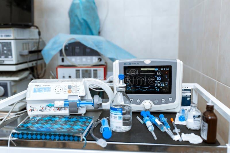 Монитор тарифа сердца в театре больницы Медицинские показатели жизненно важных функций контролируют аппаратуру в больнице на мони стоковое изображение rf