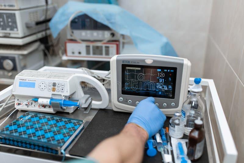 Монитор тарифа сердца в театре больницы Медицинские показатели жизненно важных функций контролируют аппаратуру в больнице на мони стоковое изображение