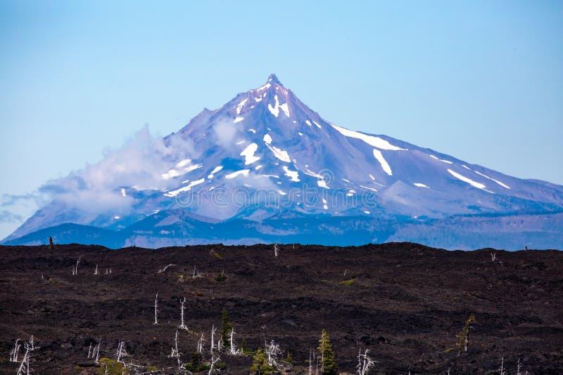 Монтаж Вашингтон и река лавы с вершины Макензи Пасс Орегон стоковые изображения rf