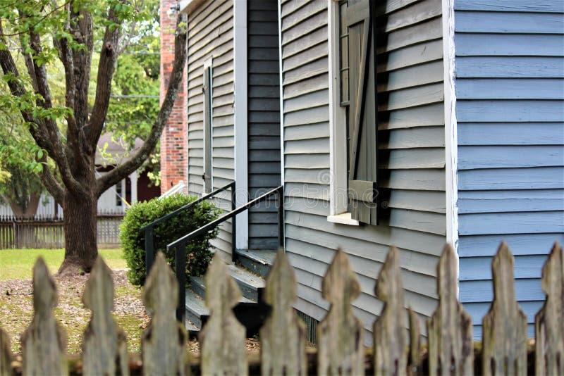 Монтгомери, AL/Соединенные Штаты - 3-ье апреля 2019: Оригинальные здания старого городка показывают как поселенцы XIX века жили стоковые изображения rf