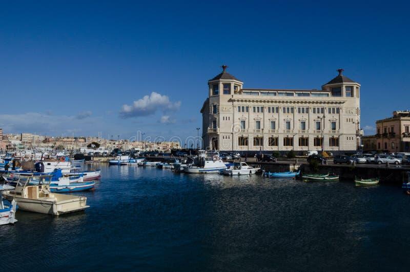 Монументальное бывшее здание почтового отделения в Ortigia Siracusa стоковые изображения