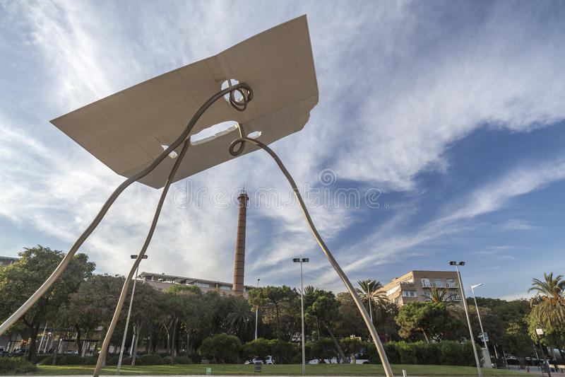 Монументальная скульптура, Дэвид y Goliat, Antoni Llena, рядом с олимпийским портом, Барселона стоковые фотографии rf