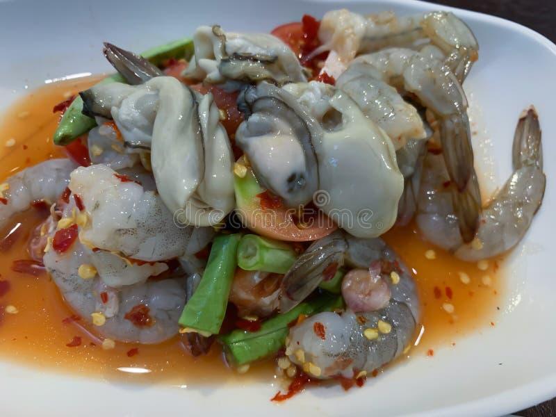 Морепродукты в пряной предпосылке соуса стоковое изображение rf