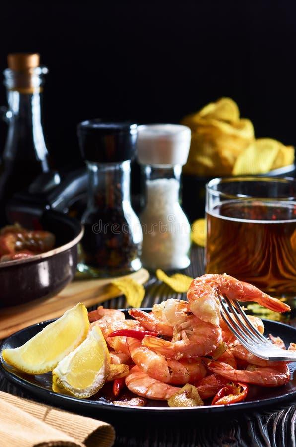 Морепродукты на баре, состав черной плиты с обломоками пива лимона креветки стоковые изображения rf