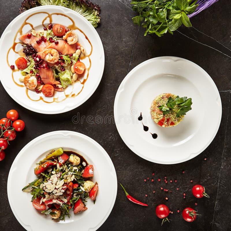Морепродукты цезарь, салат кускус, взгляд сверху зеленого салата стоковое фото