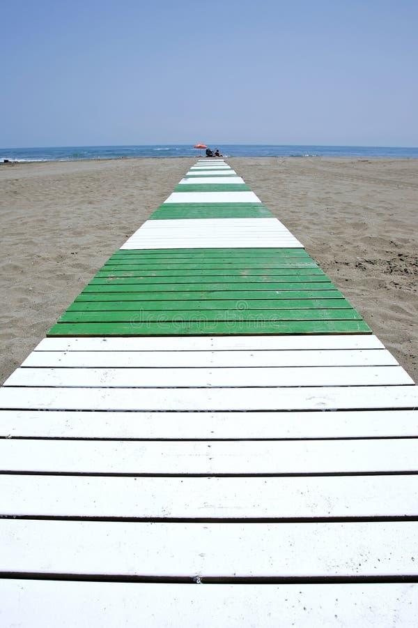 море ведущего путя пляжа песочное к стоковые фотографии rf