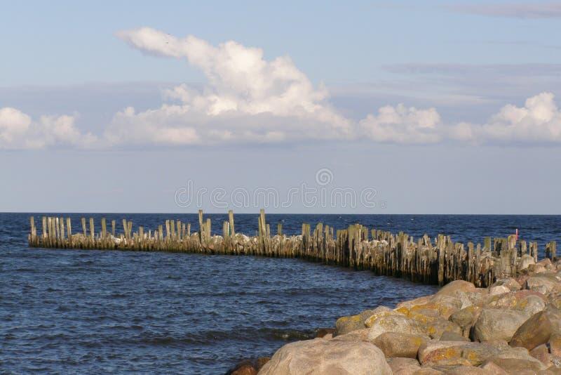 Море, волнорез, камни стоковое фото