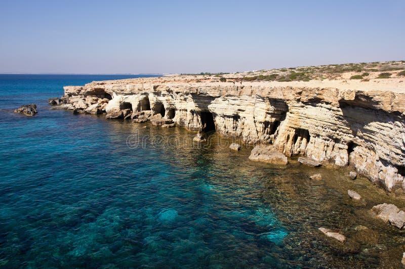 Море выдалбливает около накидки Greko. Кипр стоковые изображения