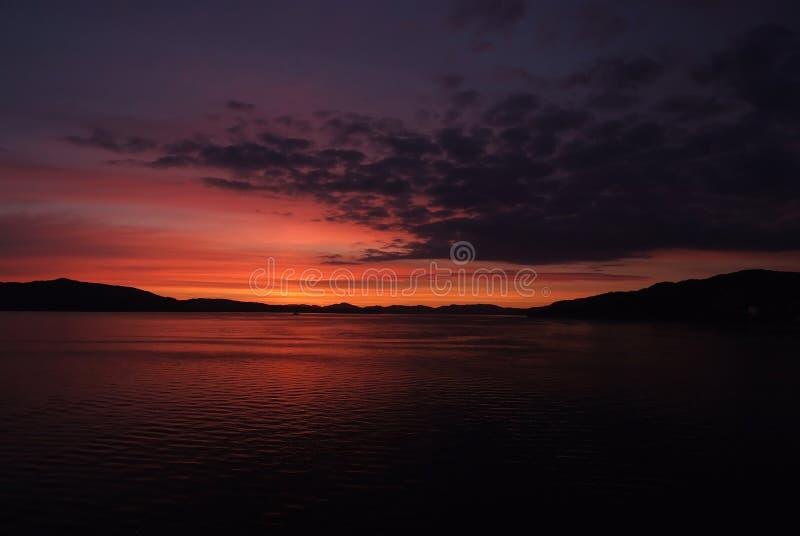 Море в сумраке вечера в Бергене, Норвегии Путешествовать с приключениями к красивой Норвегии Seascape после захода солнца драмати стоковые фотографии rf