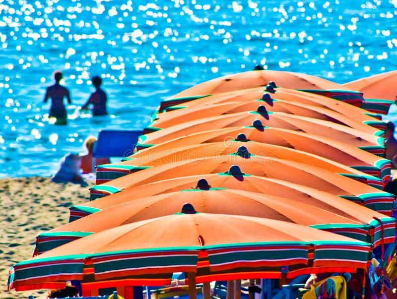 Море лета с пловцами на заднем плане стоковая фотография