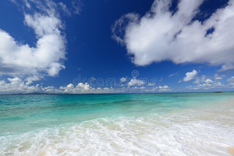 Download Море изумрудно-зеленого Окинавы. Стоковое Изображение - изображение насчитывающей остров, релаксация: 37929031