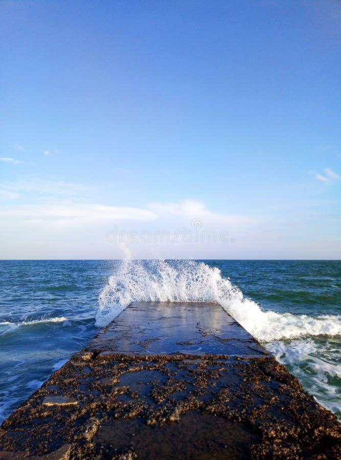 Море и голубое небо стоковая фотография