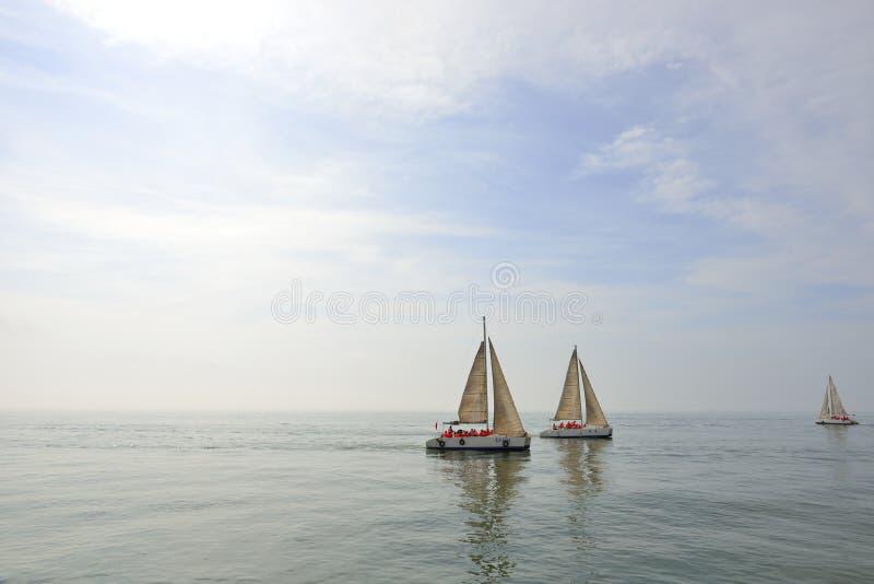 Море и парусник стоковая фотография