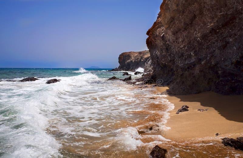 Море и утесы на пляжах Papagayo в деревне Playa стоковое изображение rf