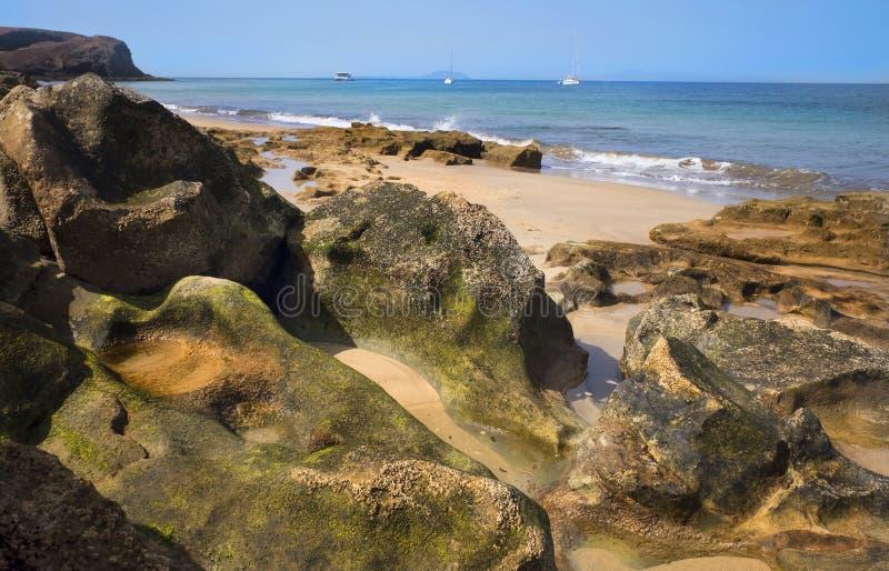 Море и утесы на пляжах Papagayo в деревне Playa стоковое изображение